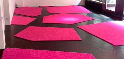 Roze kunstgras in museum